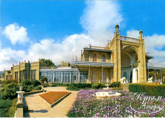 Дворец является одним из украшений Крыма и главной достопримечательностью курортного города Алупка.