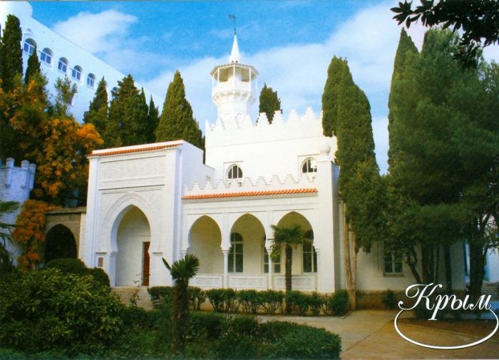 Дворец с башенками, минаретом и арабской вязью над входом, как бы перенесен сюда с арабского Востока.