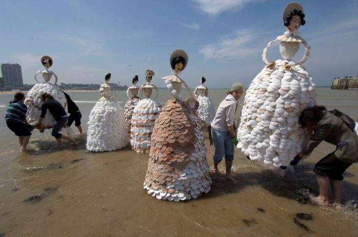 Дамы, украшающие своей красотой береговую линию.