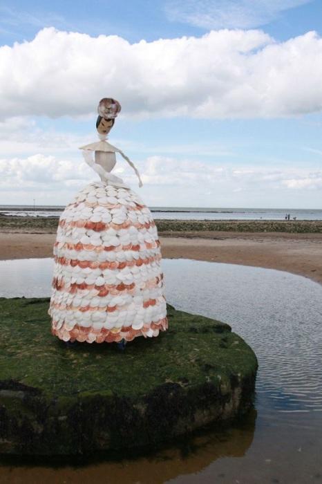 Кукла из ракушек в человеческий рост украшает береговую линию.