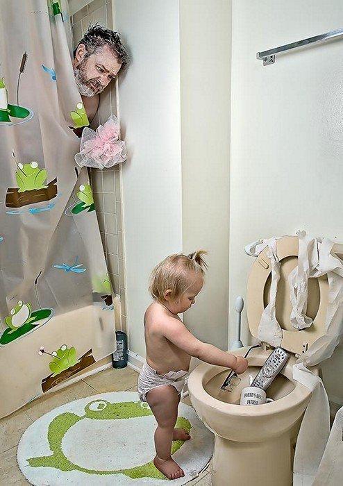 Малышка искупала в туалете папины любимые и нужные вещи.