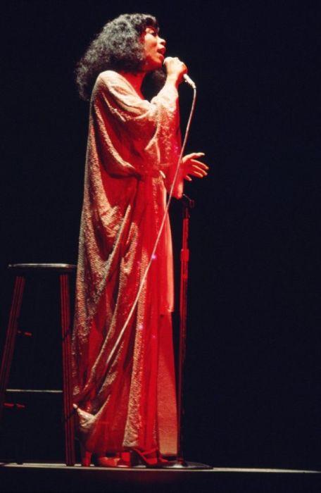 Выступление американской певицы в стиле диско Донны Саммер на концерте в 1979-м году.
