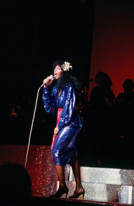 Американская певица выступает на концерте в нарядном синем платье, расшитом бисером.