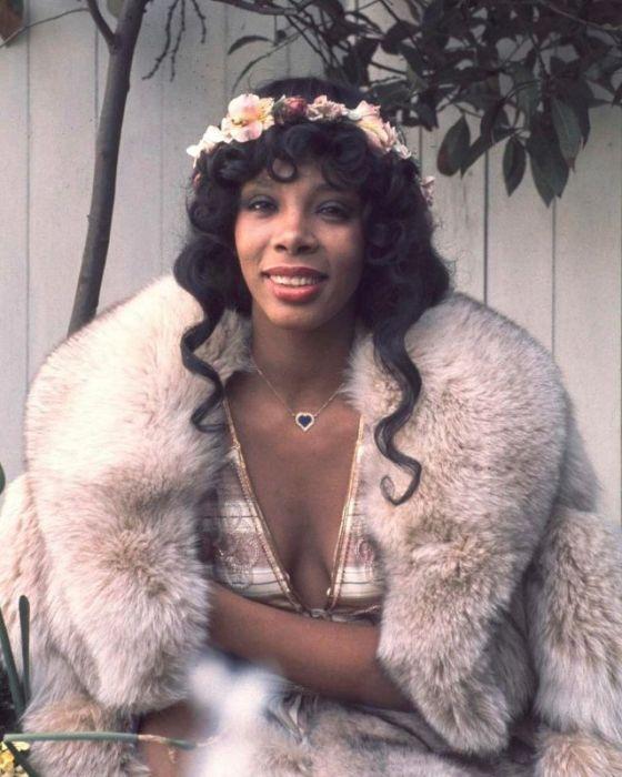 Для своих сценических образов Донна Саммер часто использовала не только блестки и стразы, но и цветы.