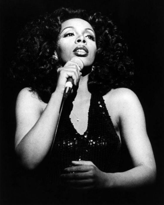 ЛаДонна Адриан Гэйнс стала первой в мире певицей, выпустившей за год 4 песни, которые заняли первую позицию в хит-пардах.
