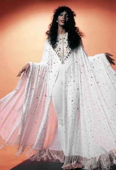 Для своих сценических образов американская певица предпочитала необычные и яркие костюмы.