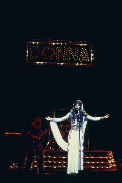Донна Саммер во время выступления в прямом эфире на сцене в Radio City Music Hall (Нью-Йорк) в феврале 1976-го года.