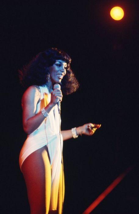 Признанная Королева дискотеки была известна своими неожиданными и часто откровенными нарядами.