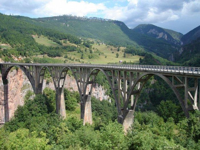 Арочный мост через реку Тара является самым высоким автомобильным мостом в Европе и достигает в высоту 160 метров.