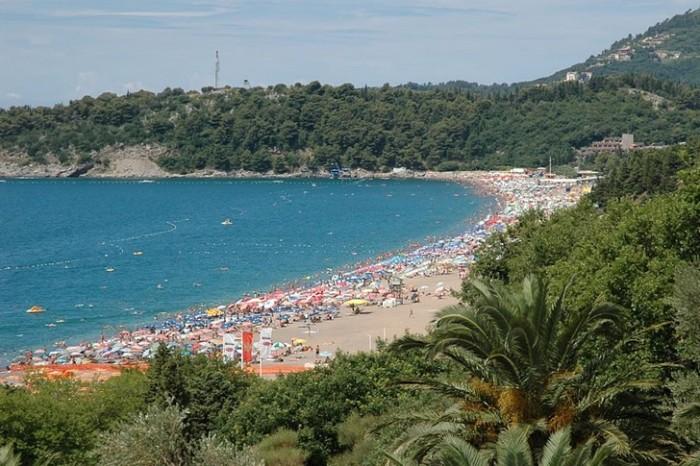 Этот пляж награжден Голубым флагом за чистоту прибрежной зоны и воды, а еще предоставляет всю необходимую туристическую инфраструктуру.