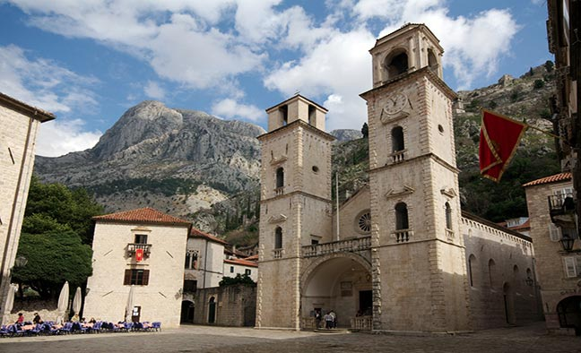 Кафедральный собор в готическом стиле с двумя башнями-колокольнями был построен в честь Святого Трифона, который является покровителя города Котор.