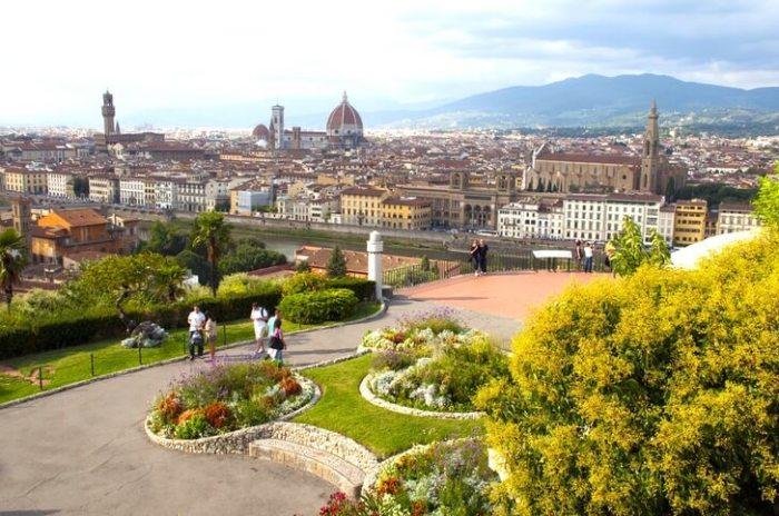 Разработанная в 1869 году по проекту флорентийского архитектора Джузеппе Поджи, площадь открывает прекрасный панорамный вид на город и реку Арно.