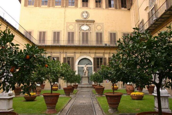 Дворец, бывший ранее родовым замком олигархического семейства Медичи, является первым зданием в стиле раннего Ренессанса, возведенным во Флоренции.