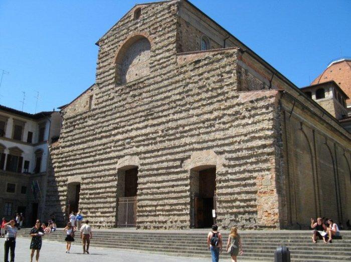 Церковь Святого Лаврентия была основана в 393 году, после чего несколько раз реконструировалась и позже достроена по проекту Микеланджело.