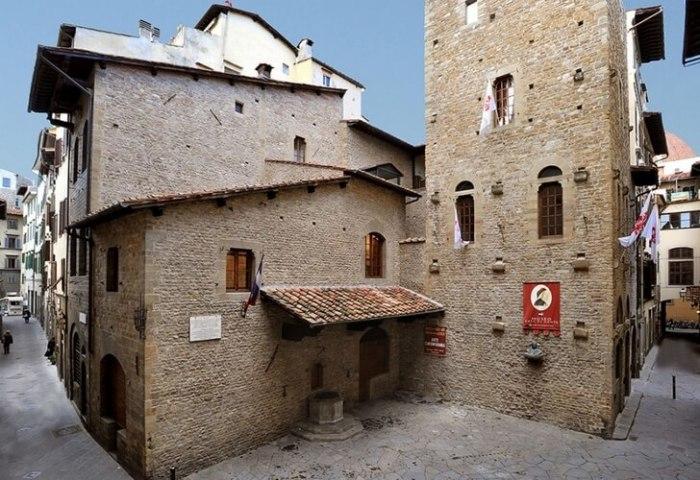 Работы по воссозданию дома и площади, где жил знаменитый поэт и основоположник литературного итальянского языка, проводились в 1911 году.