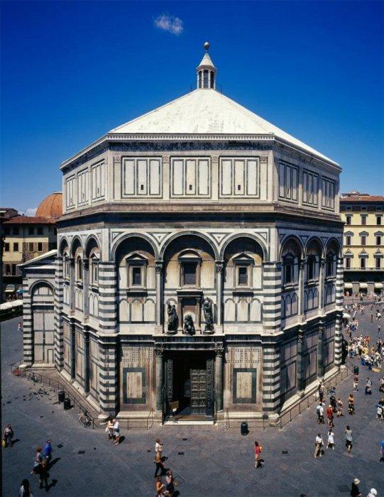 Отдельное здание, предназначенное для совершения обряда крещения, было построено более 15 веков назад.