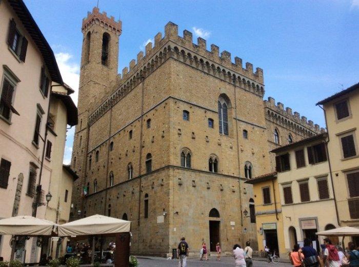 Общественное укрепленное здание в Средние века служило тюрьмой, но с 1865 года стало музеем, где демонстрируются сокровища итальянской скульптуры 14-17 веков.