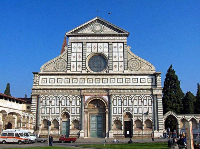 Главная доминиканская церковь города с кружевным фасадом была построена в 14-15 веках, став первой базиликой во Флоренции.