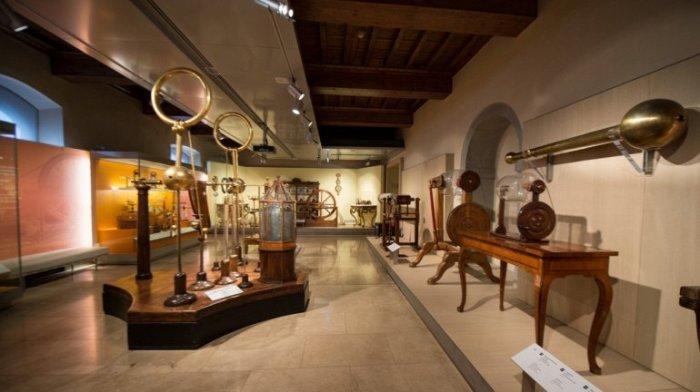 Реконструированный музей расположен в старинном дворце 12-го века и хранит уникальные приборы, придуманные и построенные самим итальянским ученым Галилео Галилеем.