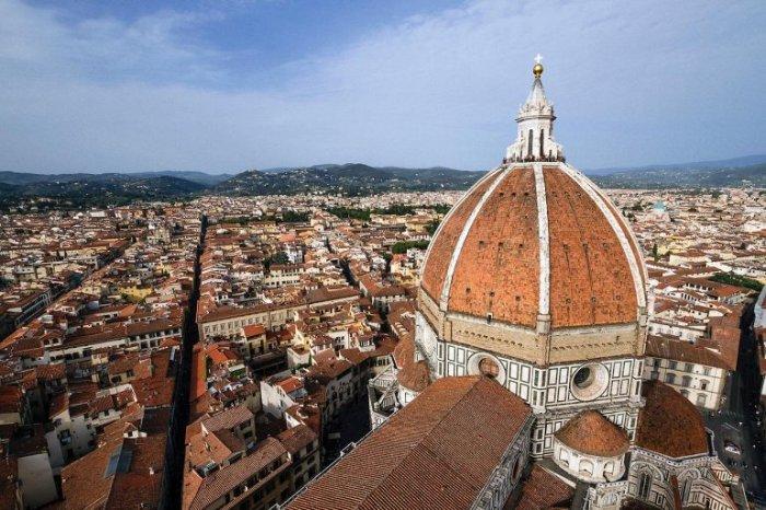 Огромный каменный купол собора Санта-Мария-дель-Фьоре был спроектирован гениальным архитектором Филиппо Брунеллески и построен без использования дорогостоящих строительных лесов.