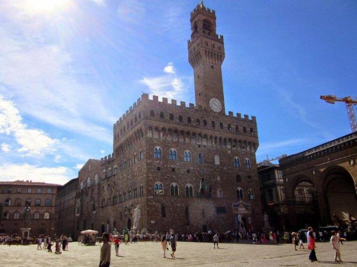Одно из наиболее известных зданий города построено в виде средневекового форта по проекту итальянского архитектора Арнольфо ди Камбио.