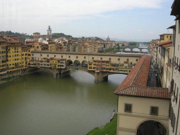 Этот грандиозный проект был построен архитектором Джорджо Вазари по указанию тосканского правителя Козимо Медичи для свободного и тайного перемещения между двумя дворцами.
