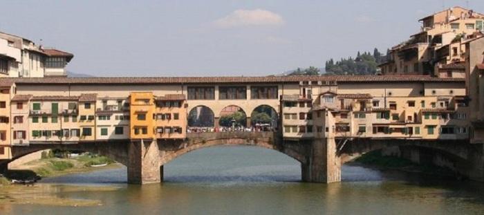 Самый старый мост Флоренции, расположенный в узком месте реки Арно, был построен еще в 1345 году и единственный, который до сих пор сохранил свой первоначальный облик.