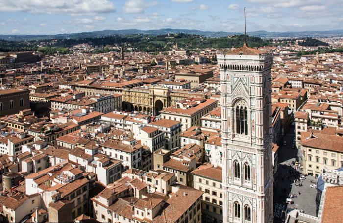 При разработке проекта и строительстве колокольни знаменитый живописец Джотто ди Бондоне особое внимание уделял внешнему украшению сооружения, являющегося частью комплекса Дуомо.