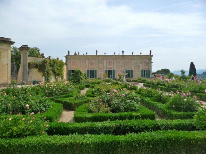 Самый красивый парк Италии в стиле Ренессанса, украшенный скульптурами, фонтанами и беседками был открыт для широкой публики только в 1766 году.