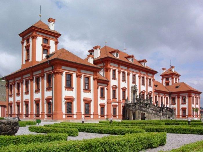 Первый летний загородный дворец, построенный в Праге, располагается на берегу Влтавы в нескольких километрах от центра города.