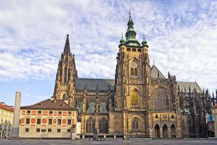 Первый камень для строительства собора, где позже были коронованы все чешские правители, заложили в 1344 году, но завершилось строительство только в начале 20 века.