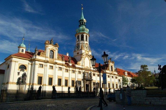 Старейший монастырь Праги, основанный еще в 1140 году, получил свое название благодаря заставе, которая охраняла подступы к крепости Пражский Град.