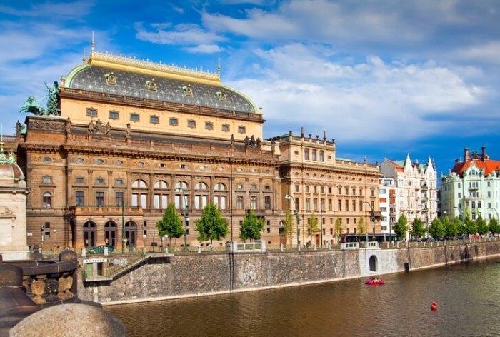 Здание возведено на народные пожертвования и ознаменовало начало развития чешского драматического и музыкального искусства.
