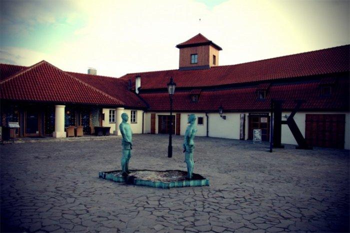 Экспозиция, посвященная жизни и деятельности немецкоязычного писателя, размещается в старинном здании бывшего кирпичного завода, а дворик украшает эксцентричная скульптура.