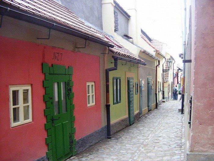 В миниатюрных домиках, встроенных в арки бывшей крепостной стены, ранее проживали стражники, ювелиры и ремесленники, а позже преступники и бедняки.
