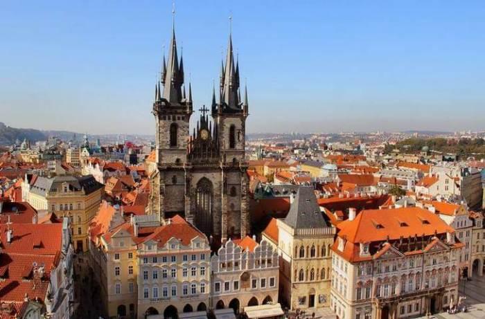 Две остроконечные башни величественного готического Тынского храма, которые заметны в любую погоду из любой точки Праги, построены семь веков назад.