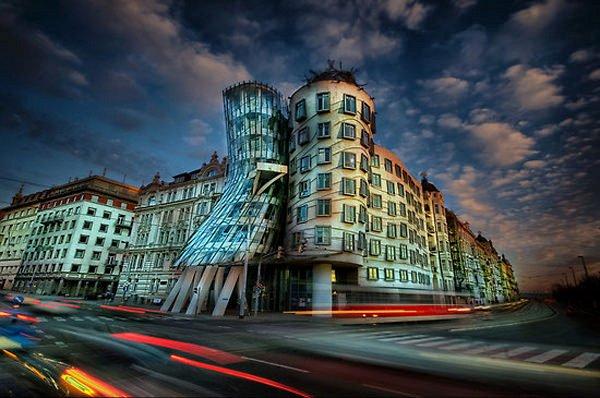 Офисное здание в стиле деконструктивизма, состоящее из двух цилиндрических башен, было построено в 1996 году и является архитектурной метафорой танцующей пары.