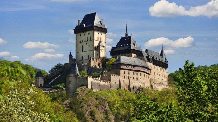 Бывшая летняя резиденция короля Чехии и императора Священной Римской империи - Карла IV расположена на неприступной скале высотой более 70 метров.