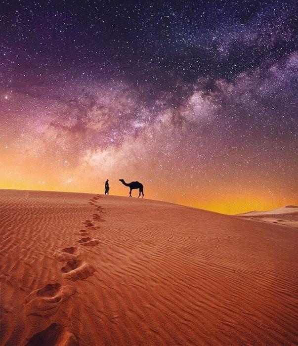 Образ погонщика верблюдов в пустыне на фоне звездного неба.