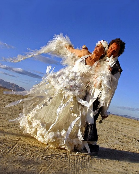 Весільна сукня з поліетиленових пакетів.