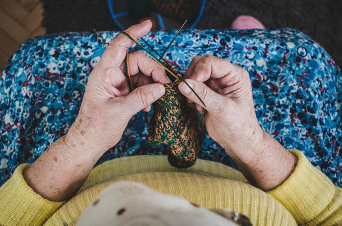 Бабушка вяжет спицами носок. Автор фотографии: Эсада Окис (Esada Okic).