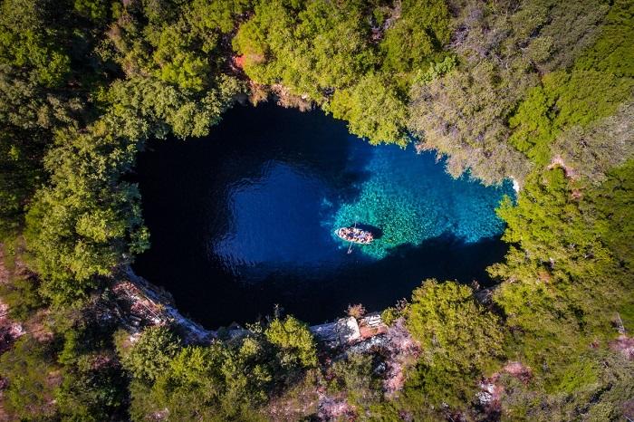 Пещерное озеро Мелиссани на восточном побережье греческого острова. Автор фотографии: Calin Stan.