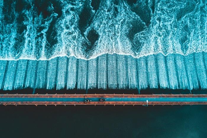 Узкий мост делит реку пополам. Автор фотографии: tominspires.