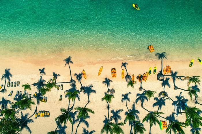 Пляж с белым песком и кристально чистой водой. Автор фотографии: ValentinValkov.