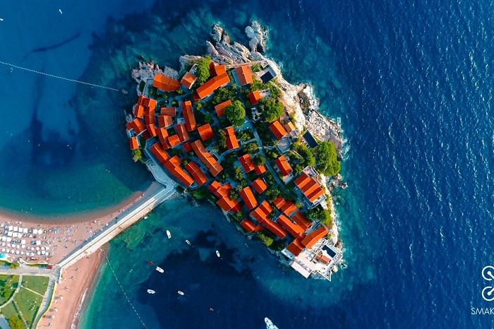 Старинный поселок Черногории, расположенный на скалистом острове и связанный с берегом узким перешейком. Автор фотографии: smakadron.