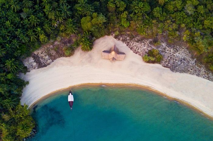 Райский уголок где-то на краю земли в лазурном океане. Автор фотографии: yannick68.