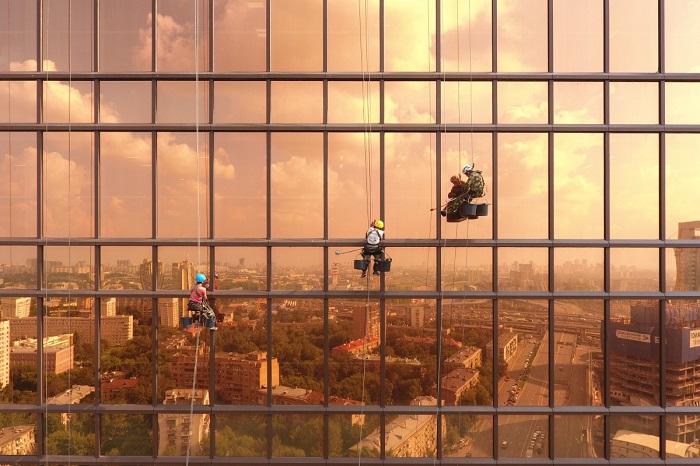 Город в отражении зеркального высотного здания. Автор фотографии: Alexey Goncharov.