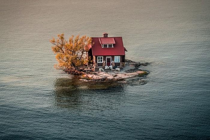 Маленький домик в голубых водах. Автор фотографии: JustenSoule.