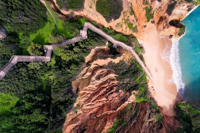 Теплое море курортного городка Алгарве в Португалии так и манит на песчаный берег. Автор фотографии: jcourtial.
