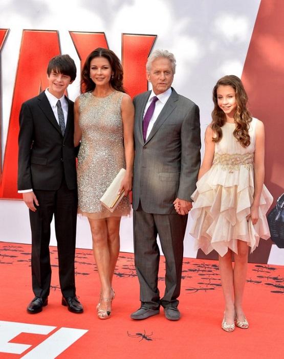 В 56 лет голливудский актер стал папой Дилана, а в 59 - появилась дочурка Кери Зета-Дуглас. /Фото: vogue.ua